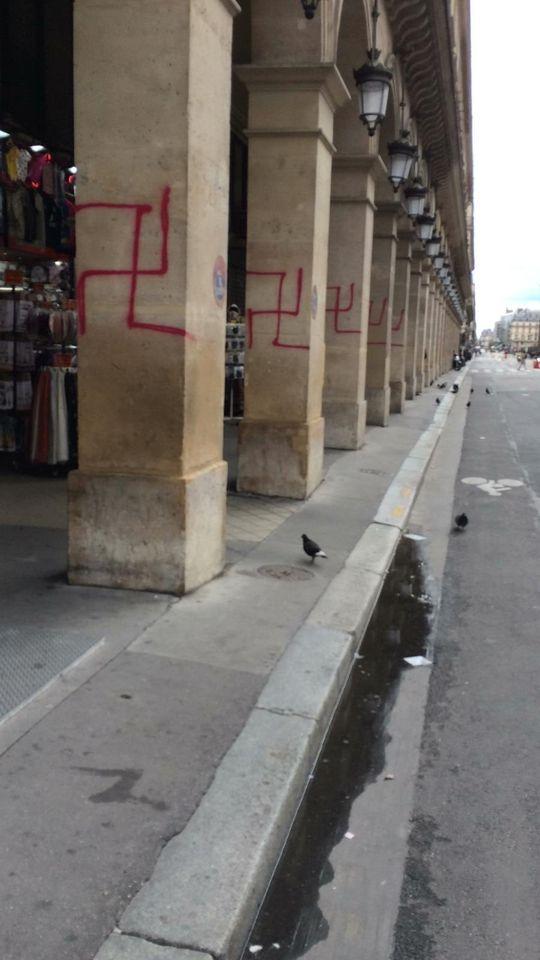 les arcades de la rue Rivoli taguées par des croix gammés