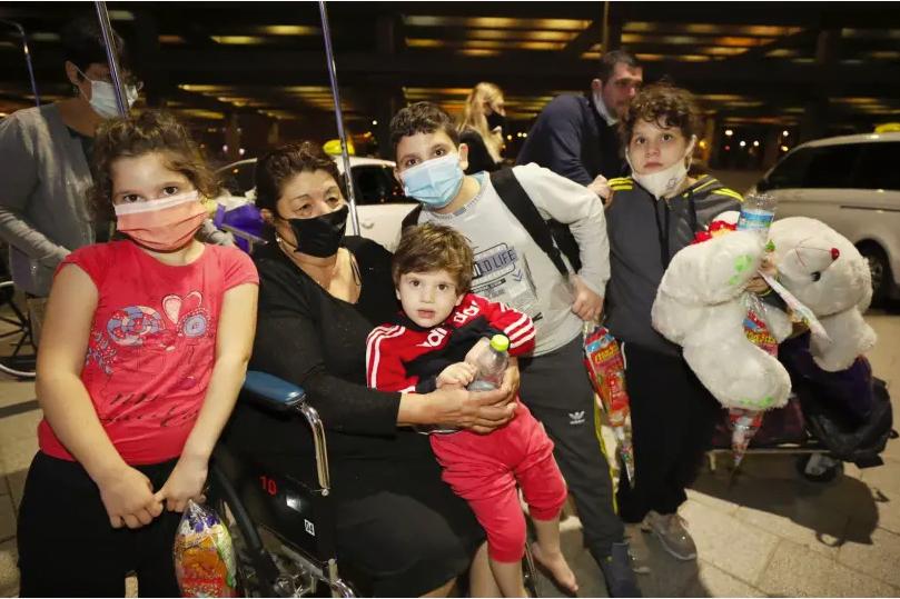 72 immigrants arrivent en Israël sur le vol de la FIJC et de l'Agence juive au milieu du verrouillage du coronavirus d'octobre 2020. (crédit photo: BOURSE INTERNATIONALE DES CHRÉTIENS ET JUIFS / AGENCE JUIVE)