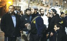 Ben-Zion Gopstein (à gauche), leader du groupe Lehava, se réunit avec certains de ses jeunes disciples à Jérusalem en 2014 (crédit photo: REUTERS)