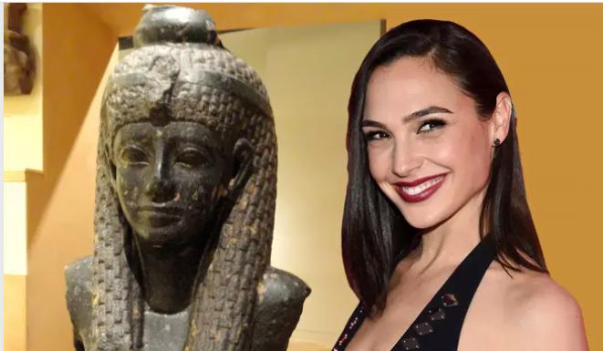 Gal Gadot (à droite) superposé à une photographie du fragment de statue de Cléopâtre VII, au Musée royal de l'Ontario.Crédit : Image Cléopâtre de Daderot, image de Gal Gadot par Martin Meissner / AP