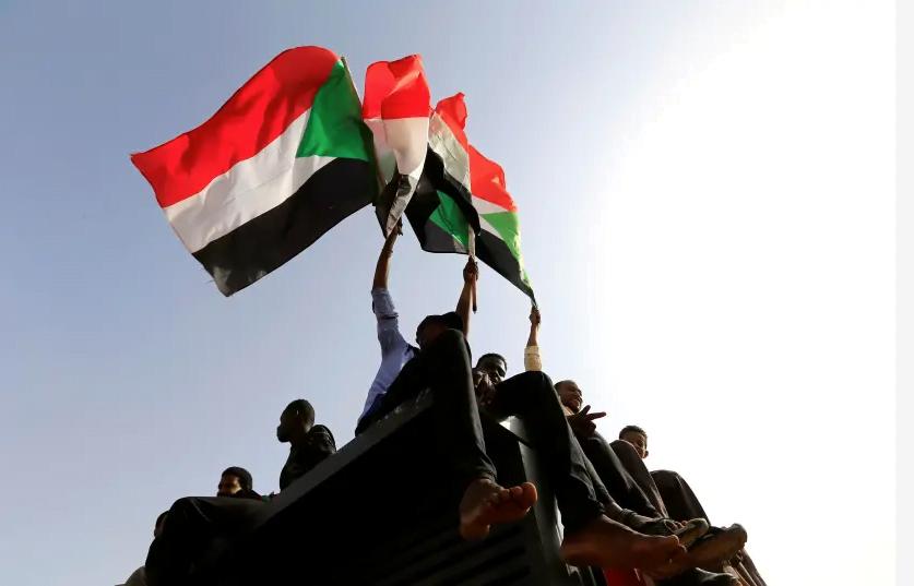 Des manifestants soudanais crient des slogans et agitent des drapeaux lors d'un rassemblement en l'honneur des manifestants tombés au combat sur la place verte à Khartoum, au Soudan, le 18 juillet 2019 (crédit photo: REUTERS / MOHAMED NURELDIN ABDALLAH)