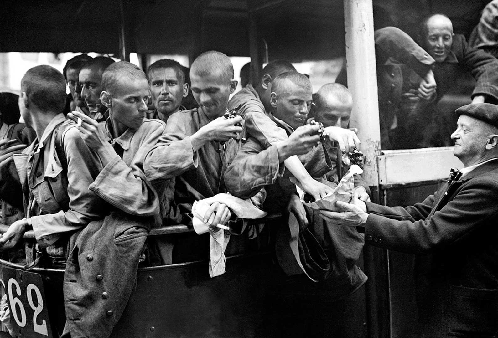 Photographie de déportés transportés en bus vers l'hôtel Lutetia, printemps 1945