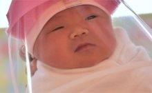 Un Singapourien donne naissance à un bébé avec des anticorps COVID-19 Le bébé est né ce mois-ci sans COVID-19 mais avec les anticorps du virus, a rapporté dimanche le journal Straits Times, citant la mère. Une femme de Singapour , qui a été infectée par le nouveau coronavirus en mars alors qu'elle était enceinte, a donné naissance à un bébé avec des anticorps contre le virus, offrant un nouvel indice quant à savoir si l'infection peut être transférée de la mère à l'enfant. Le bébé est né ce mois-ci sans COVID-19 mais avec les anticorps du virus, a rapporté dimanche le journal Straits Times, citant la mère. Recommandé par «Mon médecin soupçonne que je lui ai transféré mes anticorps COVID-19 pendant ma grossesse», a déclaré Céline Ng-Chan au journal. Ng-Chan était légèrement malade de la maladie et est sorti de l'hôpital au bout de deux semaines et demie, a indiqué le Straits Times. Ng-Chan et l'hôpital universitaire national (NUH), où elle a accouché, n'ont pas immédiatement répondu à une demande de commentaire. L'Organisation mondiale de la santé affirme que l'on ne sait pas encore si une femme enceinte atteinte du COVID-19 peut transmettre le virus à son fœtus ou à son bébé pendant la grossesse ou l'accouchement. À ce jour, le virus actif n'a pas été trouvé dans des échantillons de liquide autour du bébé dans l'utérus ou dans le lait maternel. Des médecins chinois ont signalé la détection et le déclin au fil du temps des anticorps COVID-19 chez les bébés nés de femmes atteintes de la maladie à coronavirus, selon un article publié en octobre dans la revue Emerging Infectious Diseases. La transmission du nouveau coronavirus des mères aux nouveau-nés est rare, ont rapporté des médecins du New York-Presbyterian / Columbia University Irving Medical Center en octobre dans JAMA Pediatrics.