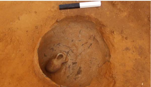 Les archéologues ont trouvé une sépulture pour nourrissons à environ 3 mètres sous le niveau de la rue à Jaffa, qui datait de l'âge du bronze moyen II. (Image: © Yoav Arbel / Autorité des Antiquités d'Israël)