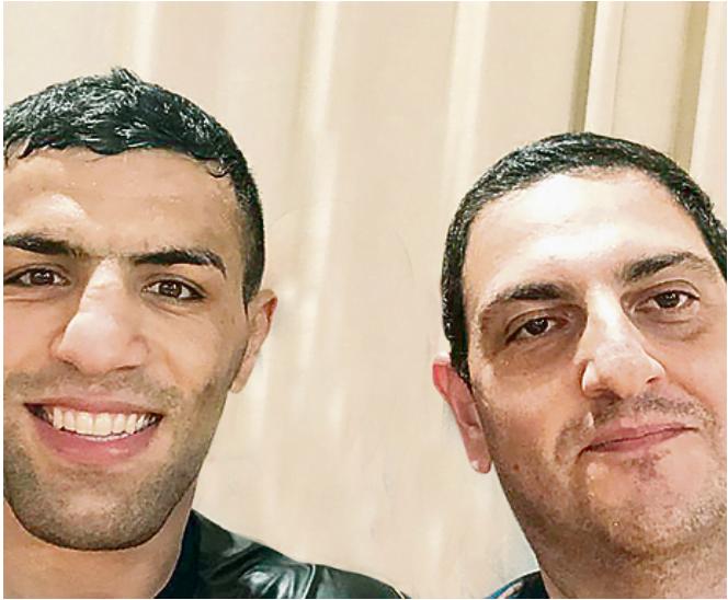 """Moi et le champion du monde qui avons fui l'Iran Rare rencontre au Qatar: le reporter de Yedioth Ahronoth accompagné de Said Moulay, le judoka qui a fui son pays après n'avoir pas été autorisé à rivaliser avec un Israélien et a depuis lors reçu des menaces constantes sur sa vie. Brave qui se bat pour faire ce qu'il aime • Et la conclusion émouvante: """"Je veux vraiment venir au Grand Chelem à Tel Aviv, j'ai entendu dire qu'Israël est un beau pays"""" J'ai déjà couvert d'innombrables championnats du monde et d'Europe de judo, de Grand Chelem et de Grand Prix, des compétitions olympiques particulièrement passionnantes. Chacun est spécial pour moi. J'aime prendre des photos de chaque instant de l'événement et, aux heures plus calmes, les télécharger sur les réseaux sociaux. Il y a quelques jours, j'étais assis entre les combats dans la salle de presse de Doha pendant le tournoi des Masters, et j'étais heureux de recevoir un avertissement concernant Lake pour l'un des coups. Mais cette fois, c'était Lake d'un autre monde. Cela avait une signification bien plus grande. C'était Said Moulay. Certes, ce n'était pas la première fois qu'il prenait contact, car par le passé, le judoka iranien qui a fui son pays et qui représente maintenant la Mongolie a été exposé à des articles publiés à son sujet en Israël. Il a également appris à me connaître grâce aux nombreux voyages à travers le monde. Mais cette fois, dans un pays arabe et à une occasion rare avant une éventuelle rencontre entre lui et Sagi Muki en demi-finale, j'ai senti que quelque chose de spécial pouvait arriver ici. Réunion extraordinaire Après son geste, j'ai décidé d'essayer. Qu'est-ce qui pourrait déjà être? Je me suis tourné vers Moulay et lui ai demandé s'il était possible de venir documenter sa formation. """"Oui, mon frère, pas de problème,"""" répondit-il cordialement. «Je suis toujours en quarantaine, mais on m'a dit que dans une heure la réponse viendrait pour le test corona. Je remplacerai le bracelet rouge par un """