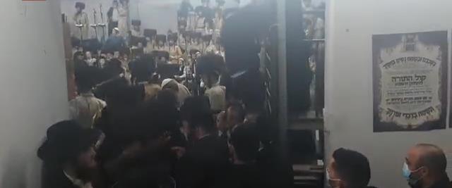 Des adeptes d'un Rabbi ont célébré le mariage son petit fils en masse à Beitar Illit - vidéo-