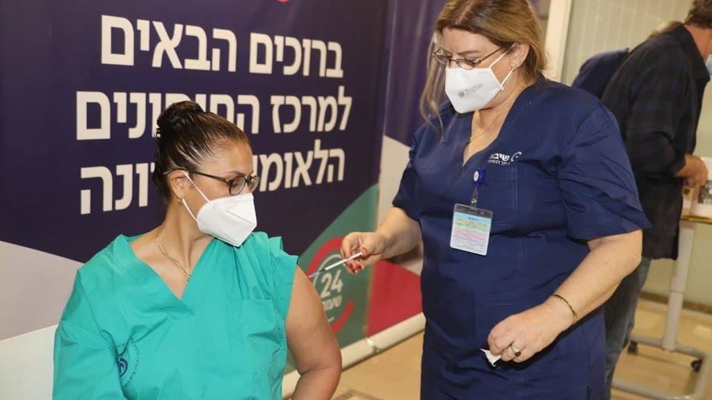 """Exemption d'isolement et passeport vert: à partir du deuxième vaccin, ce sont les avantages La distribution de la deuxième dose du vaccin à Corona a déjà commencé, et près de deux millions d'Israéliens devraient recevoir le """"certificat de vaccin"""" et le """"passeport vert"""" dans le mois à venir. Les vaccinés doivent-ils porter un masque, quelle est la différence entre le certificat et le passeport - et que se passe-t-il si je ne peux pas recevoir le deuxième vaccin entre-temps? Questions et réponses La distribution de la deuxième dose du vaccin à Corona a commencé, et près de deux millions d'Israéliens devraient reconnaître le «certificat de vaccin» et le «passeport vert» dans les trois prochaines semaines. Quand le vaccin sera-t-il terminé? Quelle est la différence entre un certificat et un passeport? Et quel soulagement attend les Israéliens vaccinés? Ynet Dans combien de temps le vaccin corona sera-t-il terminé? Ceux qui ont reçu la première dose du vaccin Pfizer recevront la deuxième dose après au moins 21 jours, ceux qui ont reçu la dose de «Modern» attendront au moins une semaine. Dans tous les cas, une semaine seulement après avoir reçu la deuxième dose du vaccin, on peut dire que le vaccin est terminé. La personne vaccinée doit-elle encore porter un masque? Oui. À ce stade, il est important de continuer à utiliser tous les moyens pour arrêter la peste, comme se couvrir la bouche et le nez avec un masque, se désinfecter fréquemment les mains et se tenir à une distance de deux mètres des autres. Actuellement, il n'y a toujours pas d'informations sur la question de savoir si le vaccin empêche d'autres personnes d'infecter le virus corona, de sorte que les restrictions de distance sociale doivent être maintenues pour fournir une protection maximale à la population. Quelle est la différence entre un passeport vert et une carte de vaccin? Une semaine après avoir reçu la deuxième dose, les vaccinés recevront le «certificat vacciné» qui sera valable six mois, mais pourra"""