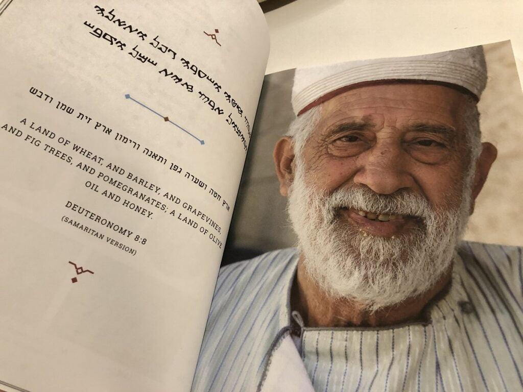 Un verset biblique de la version samaritaine de la Torah dans «Samaritan Cookbook». Photo: Yadid Levy