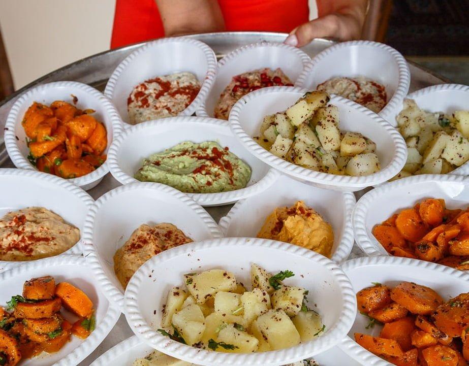 Un plateau de nourriture servi pendant Souccot par la communauté samaritaine. Photo: Yadid Levy