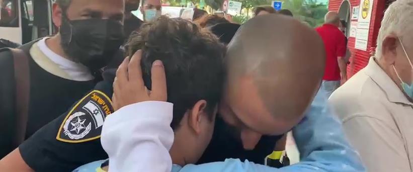 Sauvetage d'un enfant de 12 ans d'un appartement en feu en Israël -vidéo-