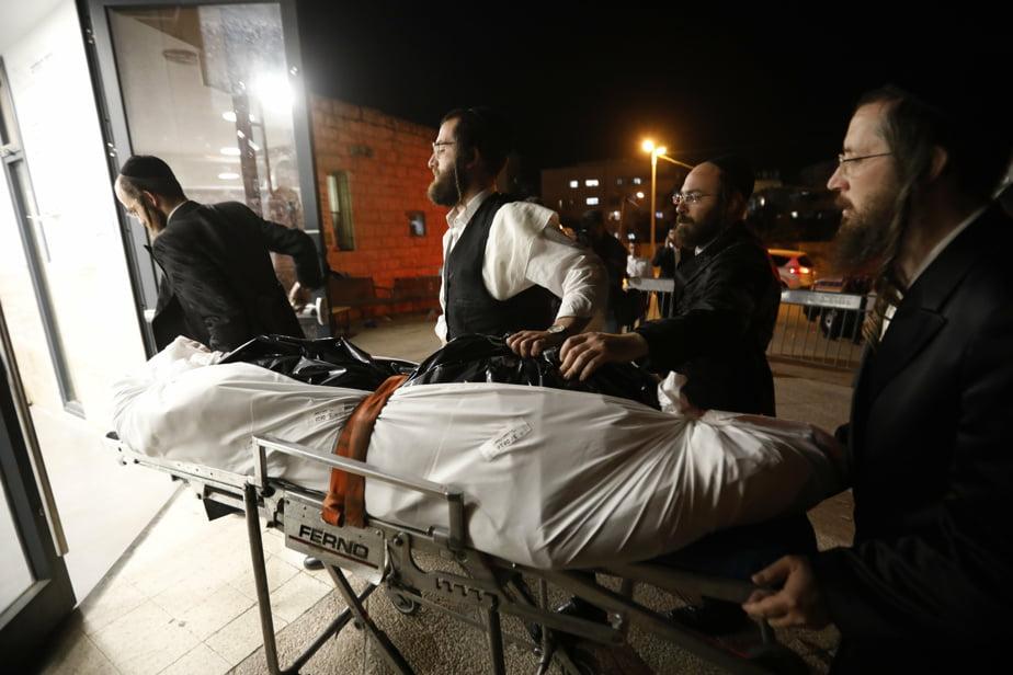 Le corps d'un jeune homme de 21 ans qui est mort lors de la bousculade arrive aux funérailles.