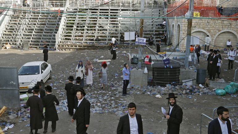 Des juifs orthodoxes se retrouvent sur le lieu du drame, au lendemain de la bousculade mortelle. © JACK GUEZ / AFP