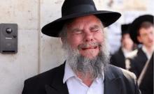 Un juif ultra-orthodoxe réagit en prenant part aux funérailles du rabbin Elazar Goldberg après sa mort lors des commémorations de Lag B'Omer, à Jérusalem le 30 avril 2021 (crédit photo: REUTERS / RONEN ZEVULUN)