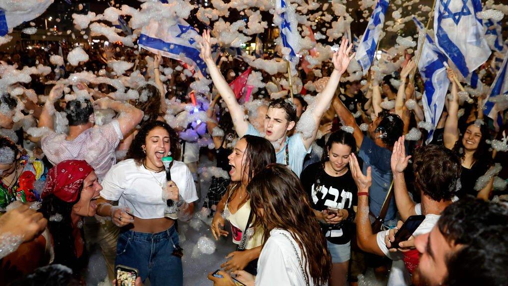 a fête à Tel Aviv en l'honneur de l'investiture du nouveau gouvernement