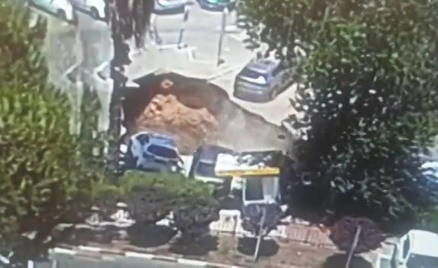 Un gouffre s'ouvre dans un parking en Israël et englouti des voitures