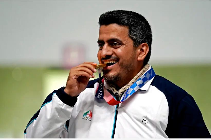 24 juillet 2021 ; Tokyo, Japon; Javad Foroughi célèbre avoir remporté la médaille d'or lors de la finale masculine au pistolet à air comprimé à 10 m lors des Jeux Olympiques d'été de Tokyo 2020 au stand de tir d'Asaka (crédit photo : REUTERS)