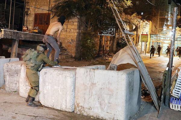 Lors des émeutes d'hier à Hébron et comme on peut le voir sur la vidéo, un combattant de l'unité Golani a identifié un Palestinien alors qu'il lançait des pierres sur une force de Tsahal, est sorti de derrière lui, l'a attrapé par les jambes et l'a projeté au sol. Immédiatement, les pierres ont essayé de combattre le soldat, mais sans succès. Le combattant qui l'a capturé a rapidement pris le contrôle de lui, et immédiatement d'autres combattants sont arrivés qui ont entraîné le Palestinien.