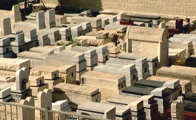 Enterrée sous un autre nom, c'est une autre famille qui assiste à ses funérailles en Israël