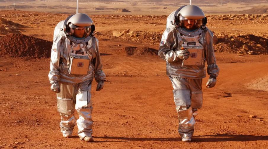 Deux astronautes d'une équipe israélo-européenne avant de commencer une mission d'entraînement pour la planète Mars sur un site qui simule une station hors site au cratère Ramon à Mitzpe Ramon dans le désert du sud du Néguev, en Israël, le 10 octobre 2021 AFP / JACK GUEZ.