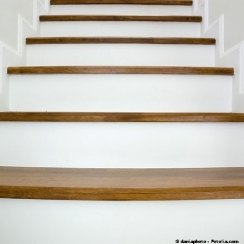 R nover un escalier en bois alliance le premier magazine de la communaut juive actualit for Peinture escalier vitrifie